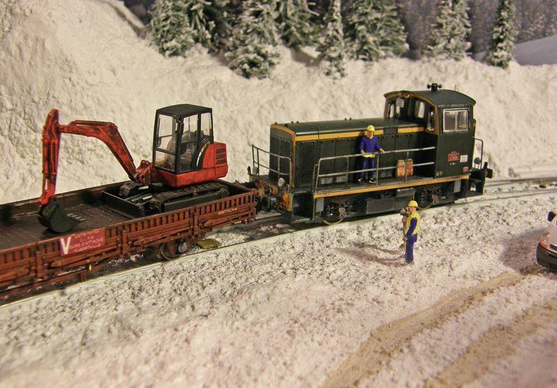Train de travaux manoeuvré par un Y7500 (Ls.Models) et composé d'un wagon plat (Roco) ainsi qu'un wagon trémie à ballast (Marklin).