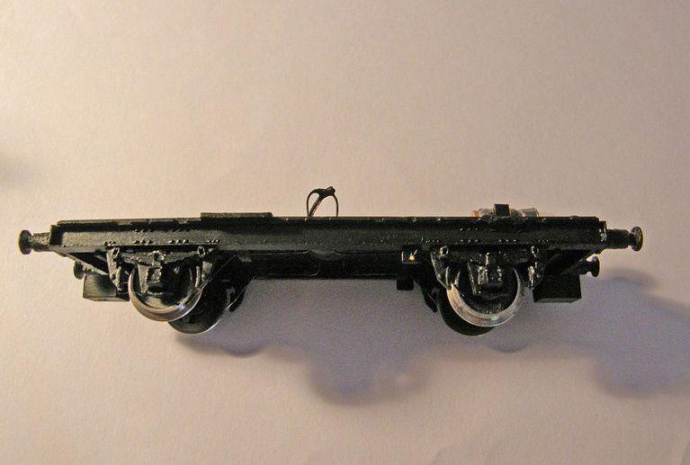 Commençons par démonter le châssis, puis mise en peinture de celui-ci avec une peinture acrylique de couleur noir.