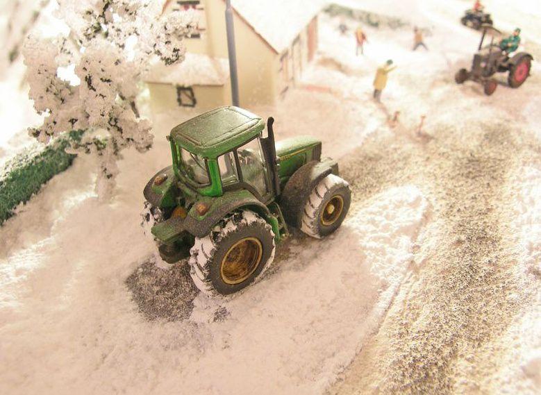 "Tracteur ""John Deere"" au repos."