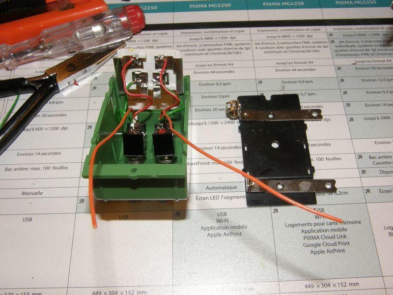 Mise en place des interrupteurs de commande des feux et soudage sur les lames de contacts.