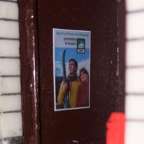 Mise en place des affiches et signalétiques, ainsi qu'une ampoule dans l'abri.