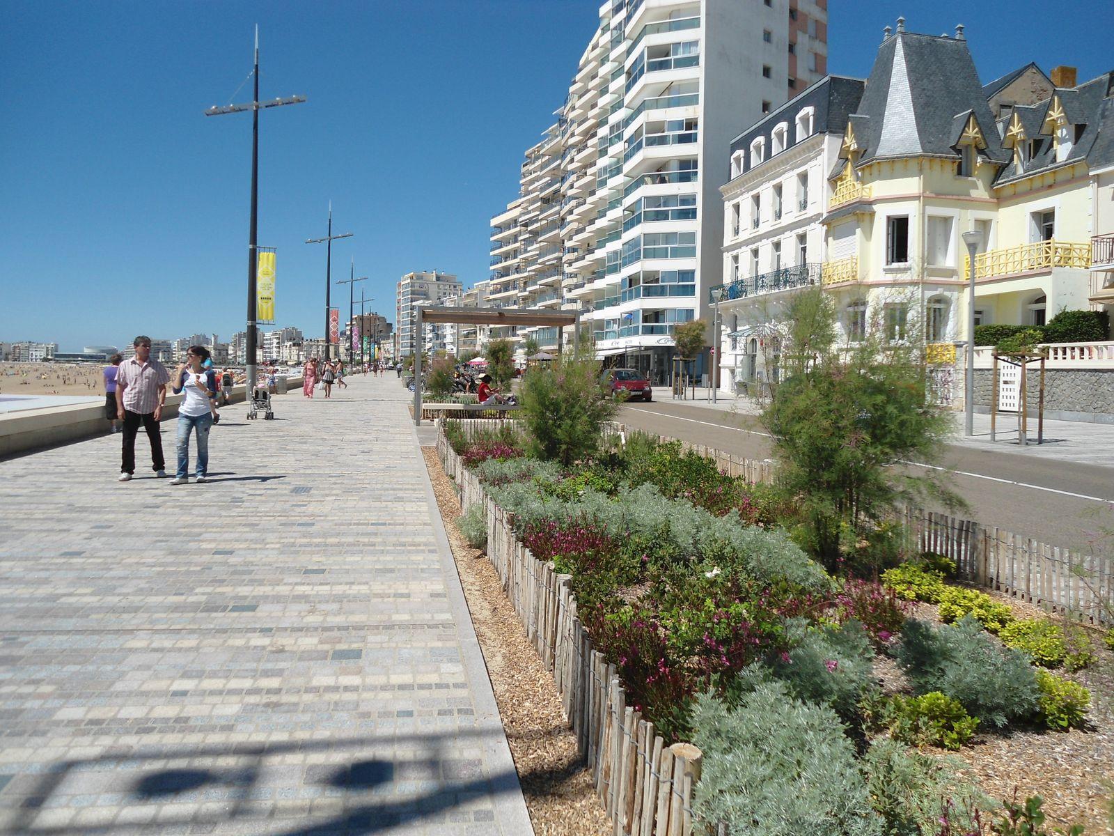 Le remblai longe toute la plage et offre une belle promenade très agréable