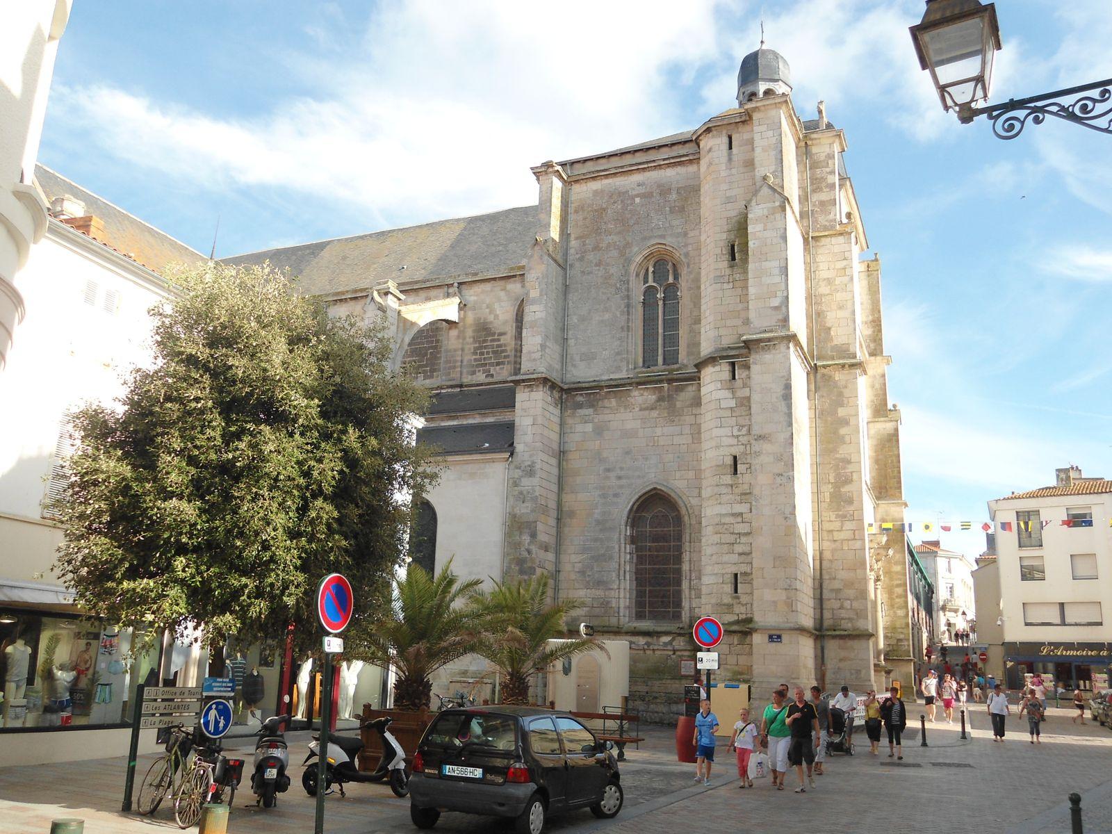 L'église Notre-Dame de Bon-Port dont la façade ouest évoque la Renaissance.