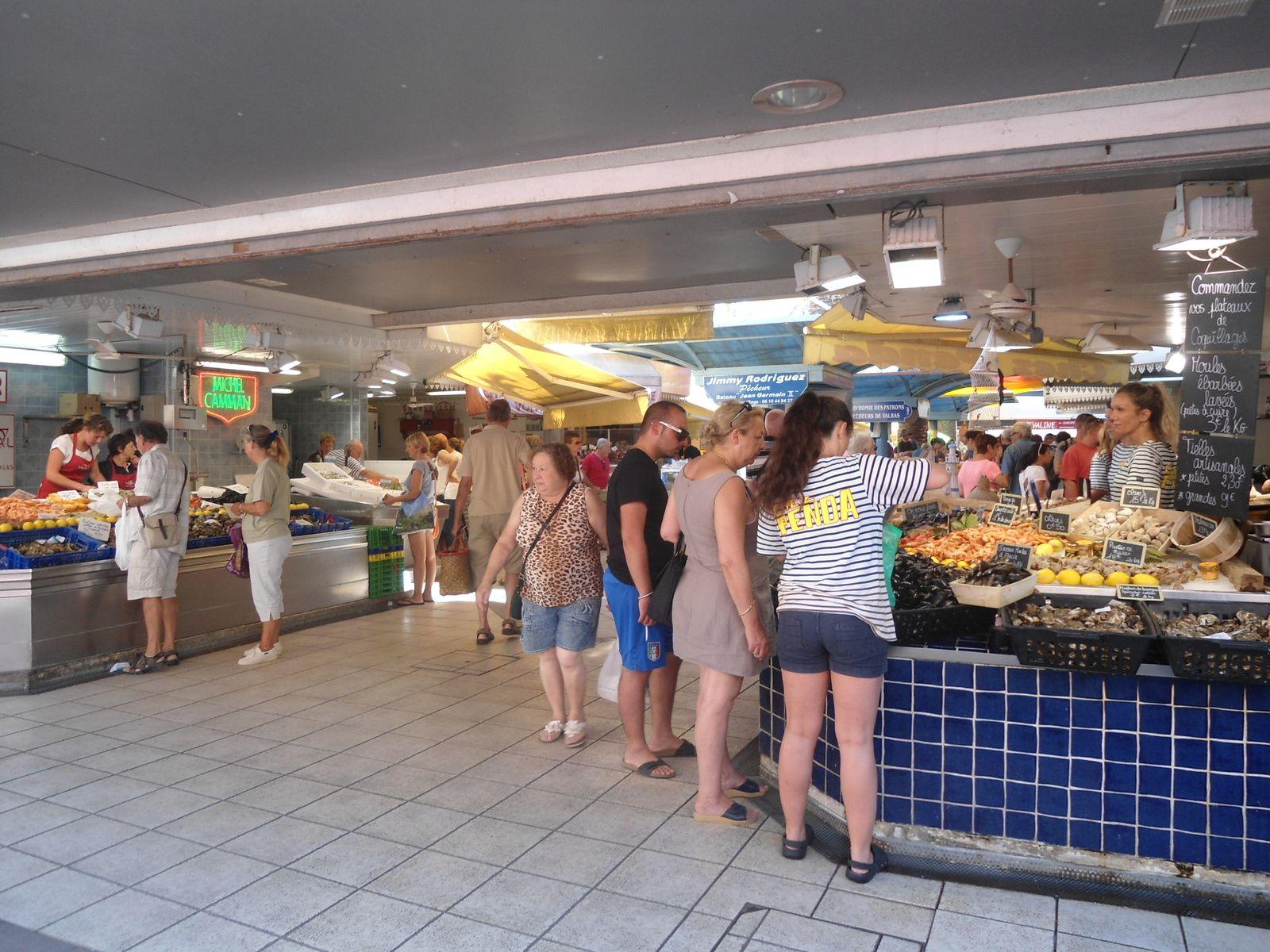 Au coeur de la ville un petit marché couvert ouvert tous les jours. Et un méga marché deux fois par semaine sur le port. j'ai jamais vu un marché aussi grand ! par contre pour circuler on joue des coudes.
