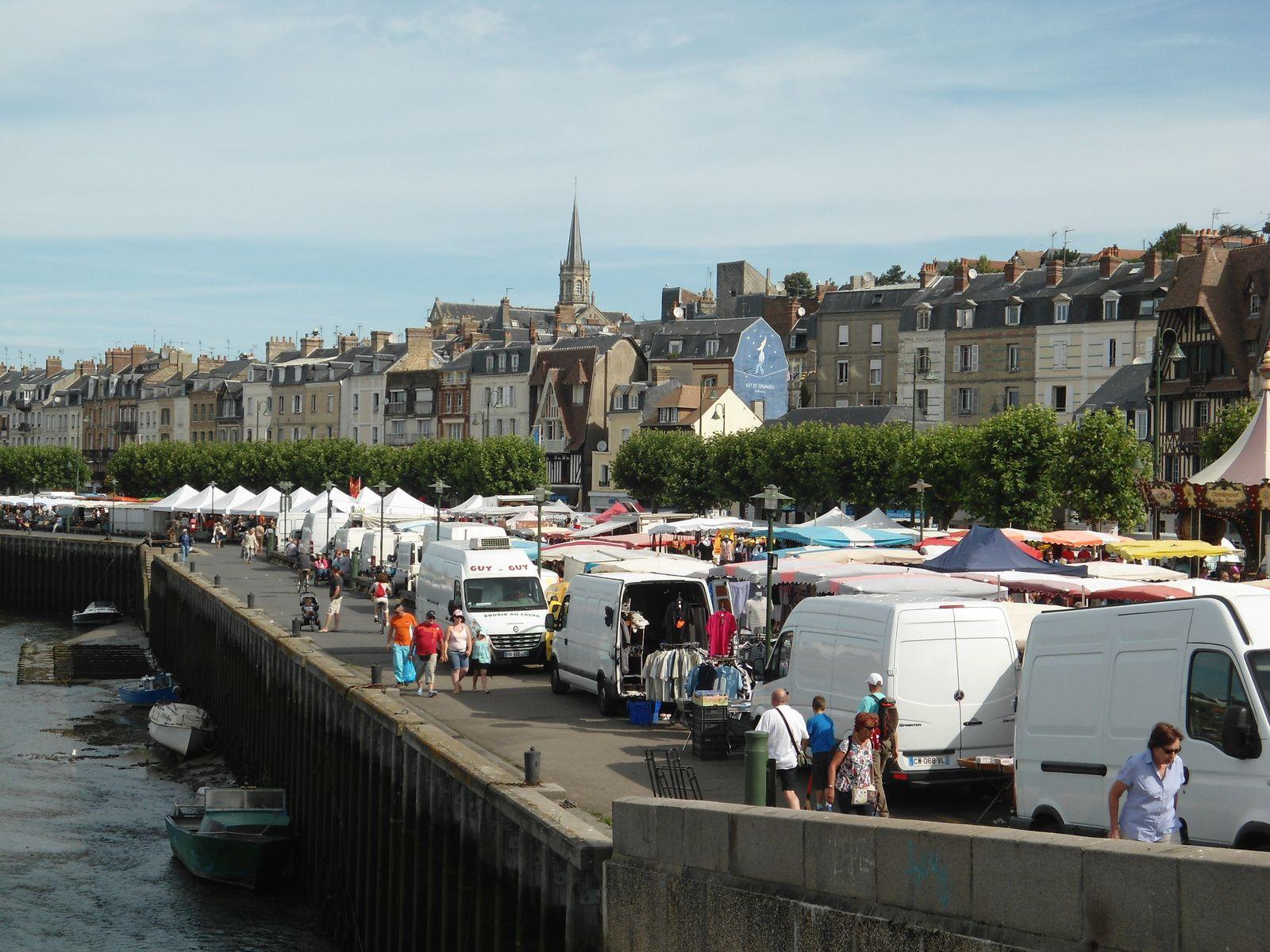 Le marché s'installe tout le long du port deux fois par semaine. Il est vraiment très bien achalandée.