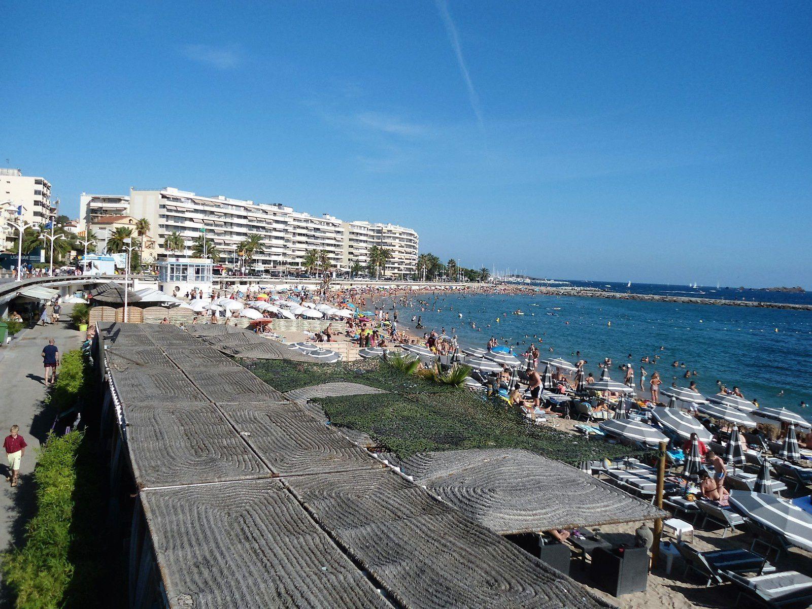 Il y a beaucoup de monde l'été et l'on est un peu les uns sur les autres car la plage n'est pas très grande.