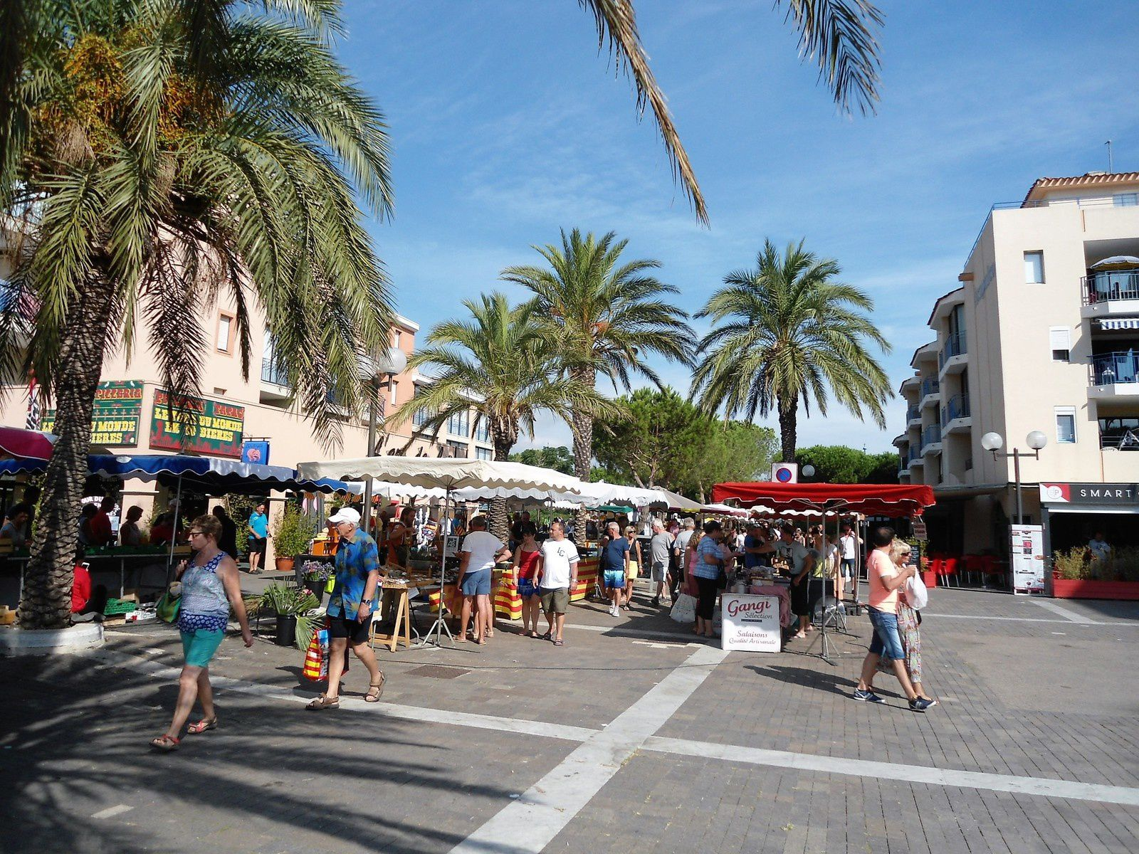 Tous les Mardis c'est un marché de bouche que l'on retrouve sur le port. Il est plus petit mais c'est un vrai régal pour le ventre avec les spécialités de la région.