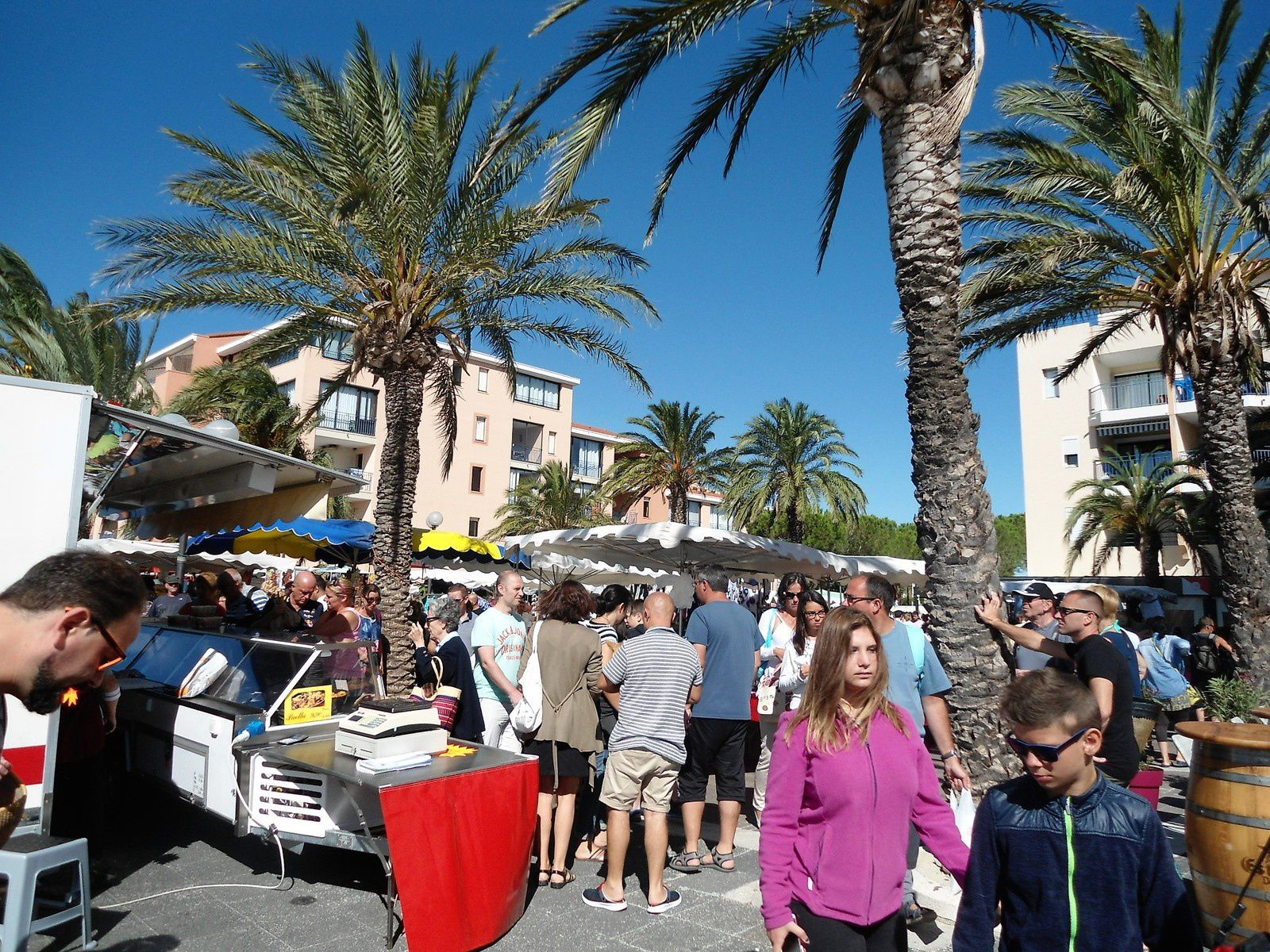 Tous les jeudis matin un immense marché se tient sur le port. Mais on peut y trouver uniquement des habits et autres objets du quotidien.