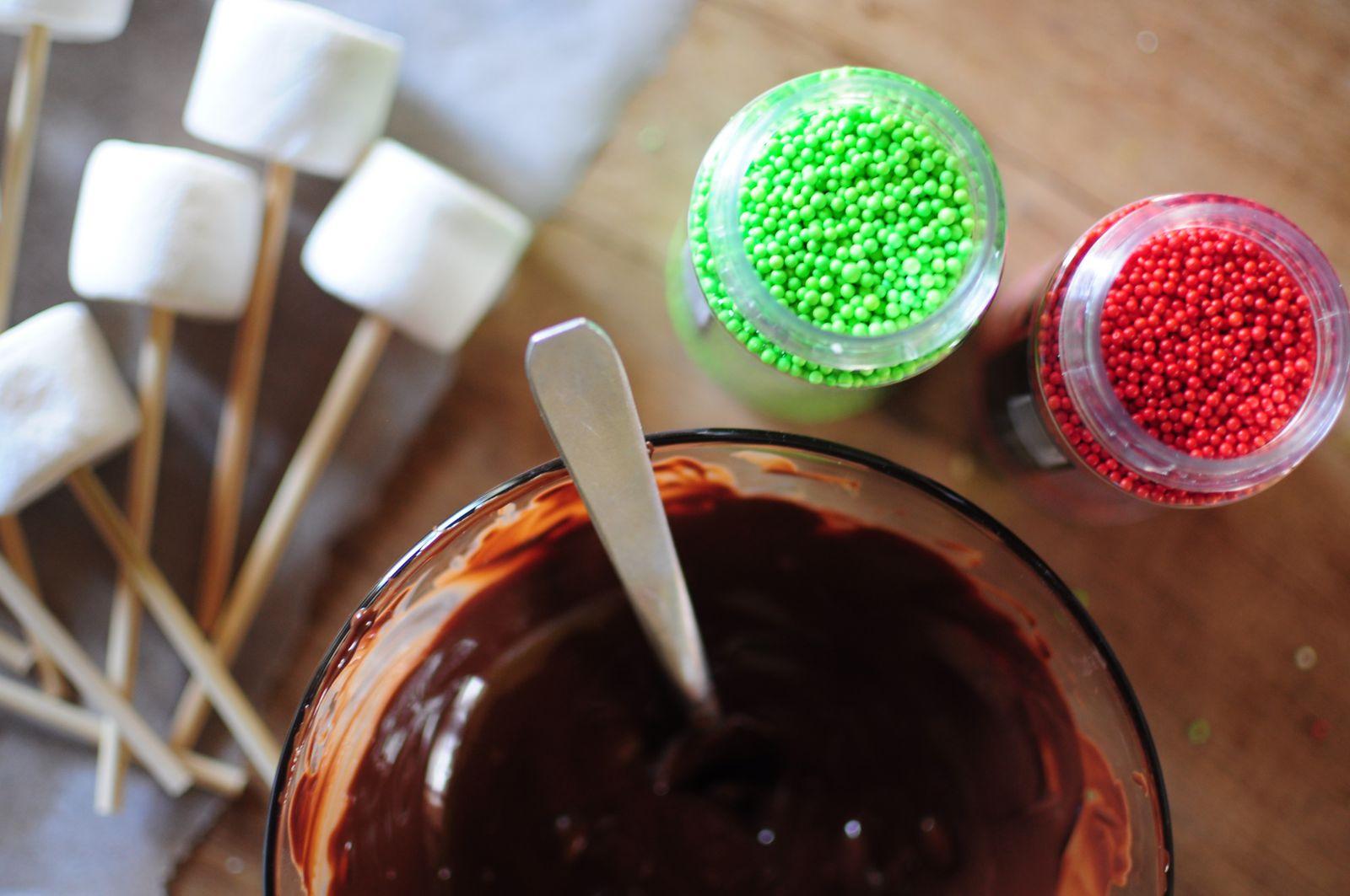 Sucettes avec des chamallows et du chocolat pour Noël