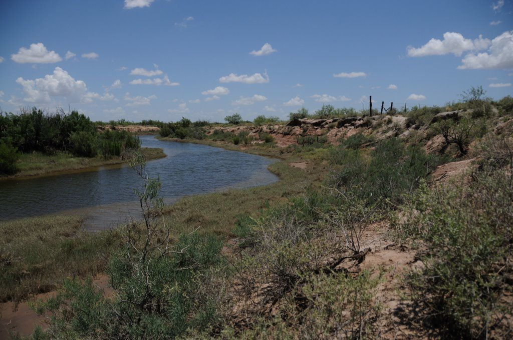 De bas en haut Le lac salé Juan-Cordona, les foreuses, la rivière Pecos