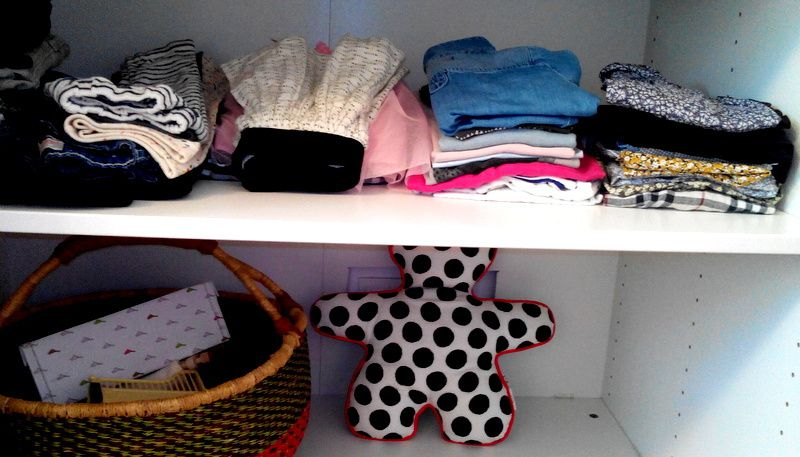 Des étagères basses et accessibles, des vêtements classés par catégories en petites piles. Idem pour les chaussures ...