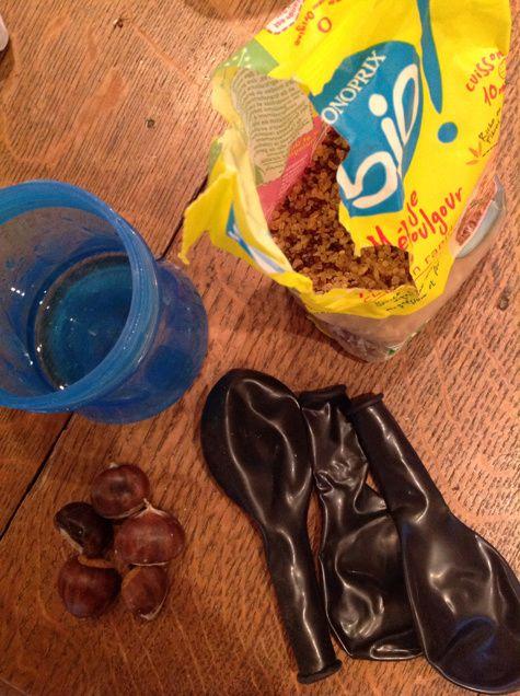 Je recommande vivement cette activité Montessori qui remporte, à chaque fois, un véritable succès auprès des enfants. Après avoir rempli les ballons de baudruche de graines de quinoa, de châtaignes, et d'eau, L et M parcourent la maison, déchaînés, pendant une bonne partie de la soirée en tapant et en secouant leur ballon.