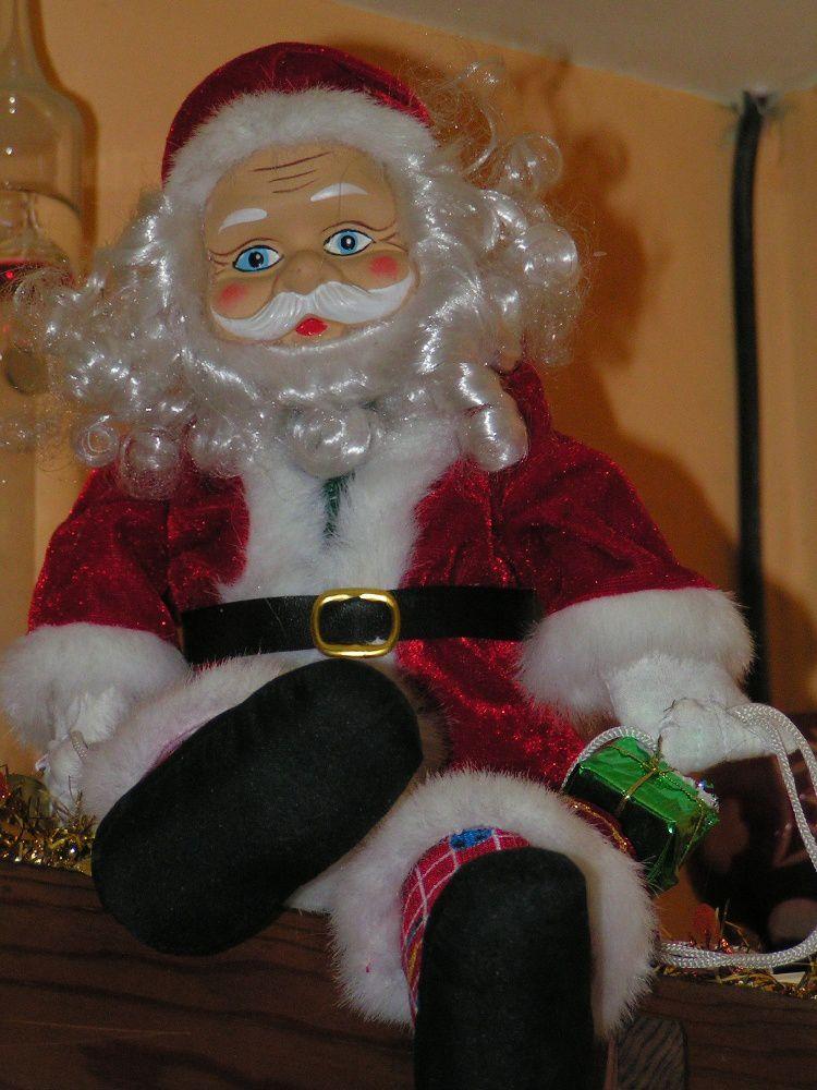 Voilà des Pères Noël grands et petits.... Il y a même un sur son traineau ! Et puis il y a aussi des bonhommes de neige.... Car Noël sans bonhomme de neige, n'est pas Noël !