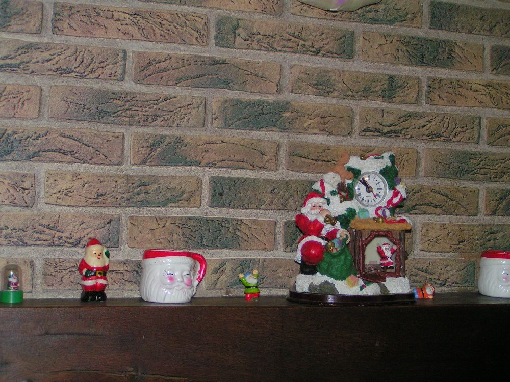 Des Pères Noël sur ma cheminée et un poster sapin....