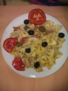 Pasta fredda con olive piccanti pomodori e pesto