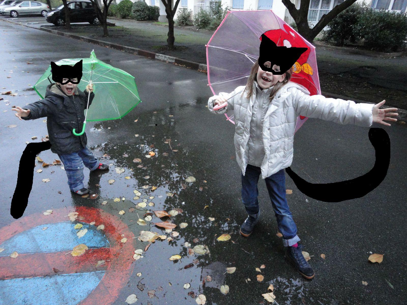 Mruczka i Mruczozaur wykonują taniec deszczu