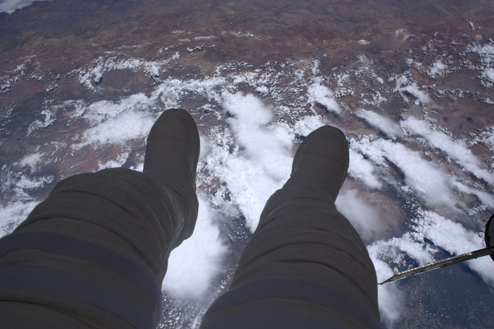 Thomas Pesquet — « Dangling my feet in space »  This is what a spacewalk is : 400 km of void under your feet — Concrètement, une sortie extravéhiculaire, c'est ça : 400 km de vide sous les pieds  — Credits : ESA/NASA