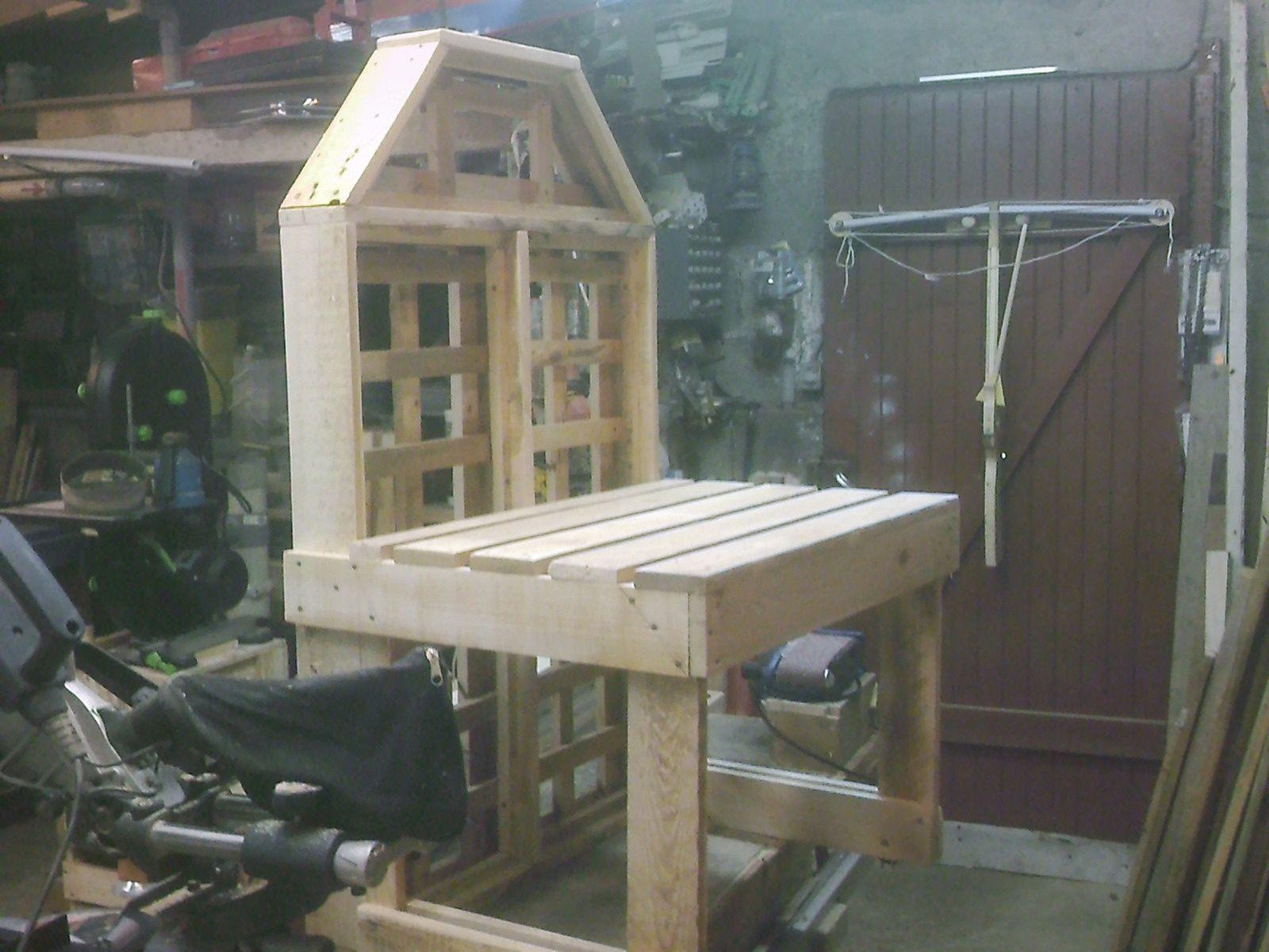 Banc en bois de palettes de jardin for Banc en palette bois