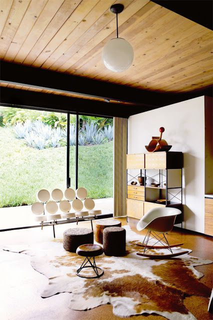 """Rocking Chair"" de Charles Eames, canapé ""Marshmallow"" de Georges Nelson"
