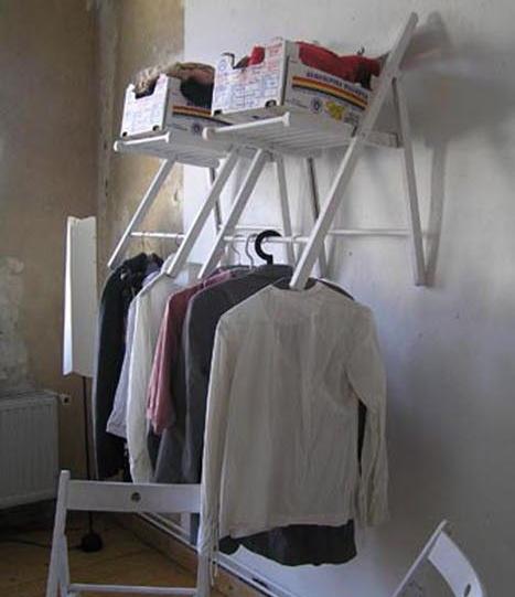 Chaises pliantes accrochées au mur
