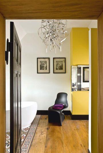 Du jaune dans la salle de bains sous les toits