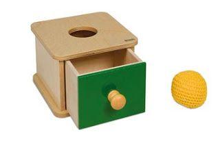 Boîte avec balle tricotée