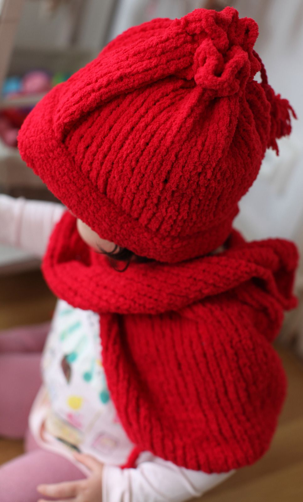 Red whool scarf-poncho and assorted hat