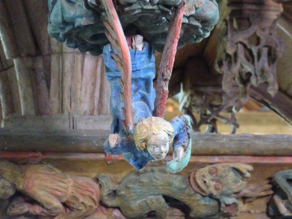 Les anges virevoltants sculptés en ronde-bosse sur les culots de retombée des fausses voûtes nous accueillent en souriant