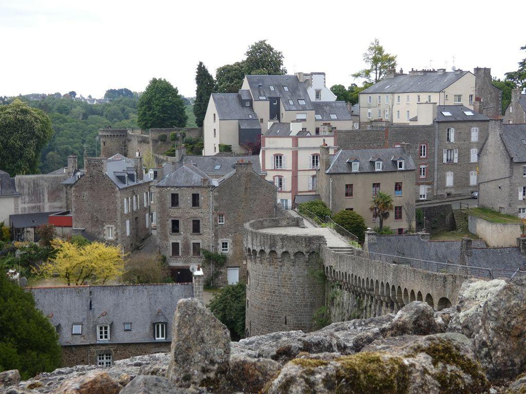 Nous aurons parcouru les remparts de la Tour Ste Catherine, à l'est des jardins anglais, jusqu'à la porte de St Malo.