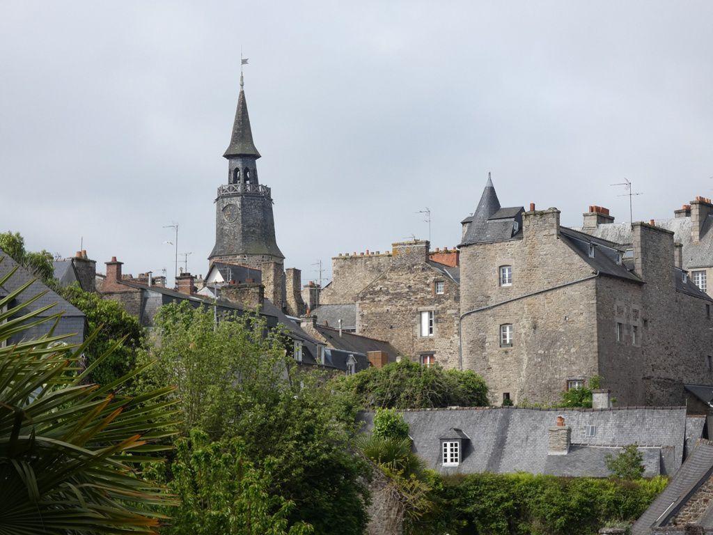 Après quelques marches pour passer au dessus du Jerzual, nous voici sur le haut des remparts, d'où la vue englobe les clochers et toits d'ardoise de la cité médiévale.