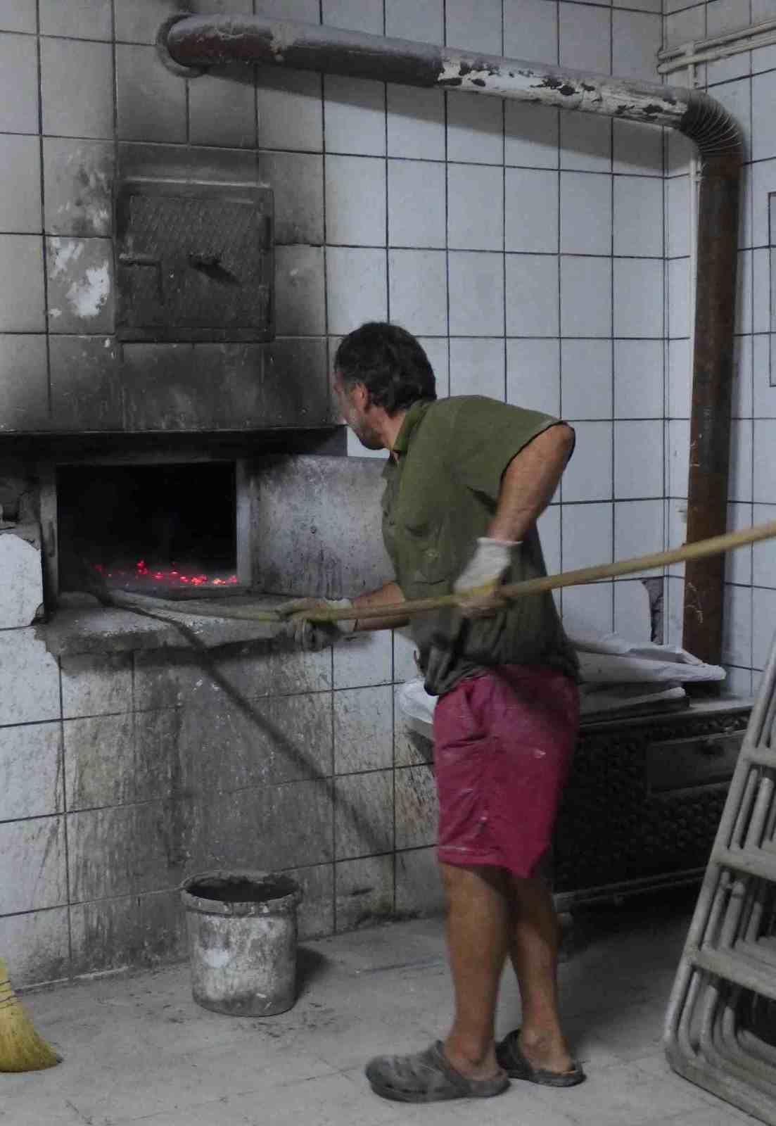 Photo 1 Drago au service du fameux café Serbe sous les explications de Katia, Photo 2 Ljuboje devant son four et Drago, Photo 3 et 4 la boulange, photo 5 à 8 au travail photo 9 Reveil gourmand dans la tente avec le pain offert par Ljuboje