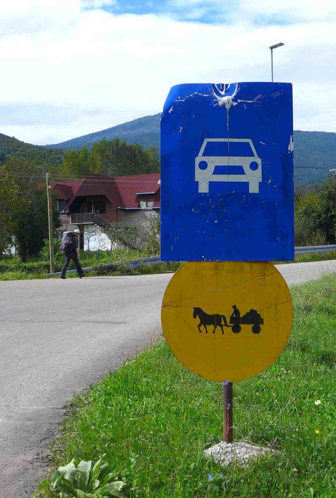 Photo 1 Autostop matinal, photo 2 acte de décès affichés un peu partout, photo 3 La Serbie a du mal à gérer ses déchets, photo 4 église orthodoxe, photo 5 engin courant roulant sur la route sur la base d'un motoculteur