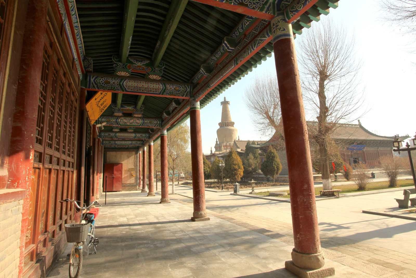 Intérieur du temple du Bouddha géant et la place devant le temple
