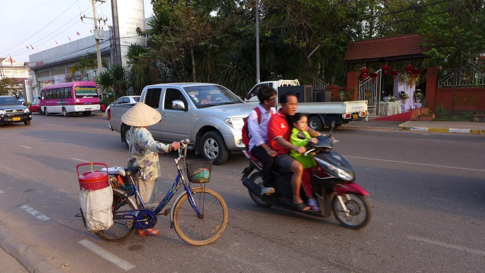 """Quelques scènes de vies au Laos. Avant dernière photo Lolo décortique un """"ricestick"""" (bambou rempli de riz, un plaisir au goûter) et la dernière photo, café """"filtré"""" que le Laos a le secret, accompagné systématiquement par une sorte de thé"""