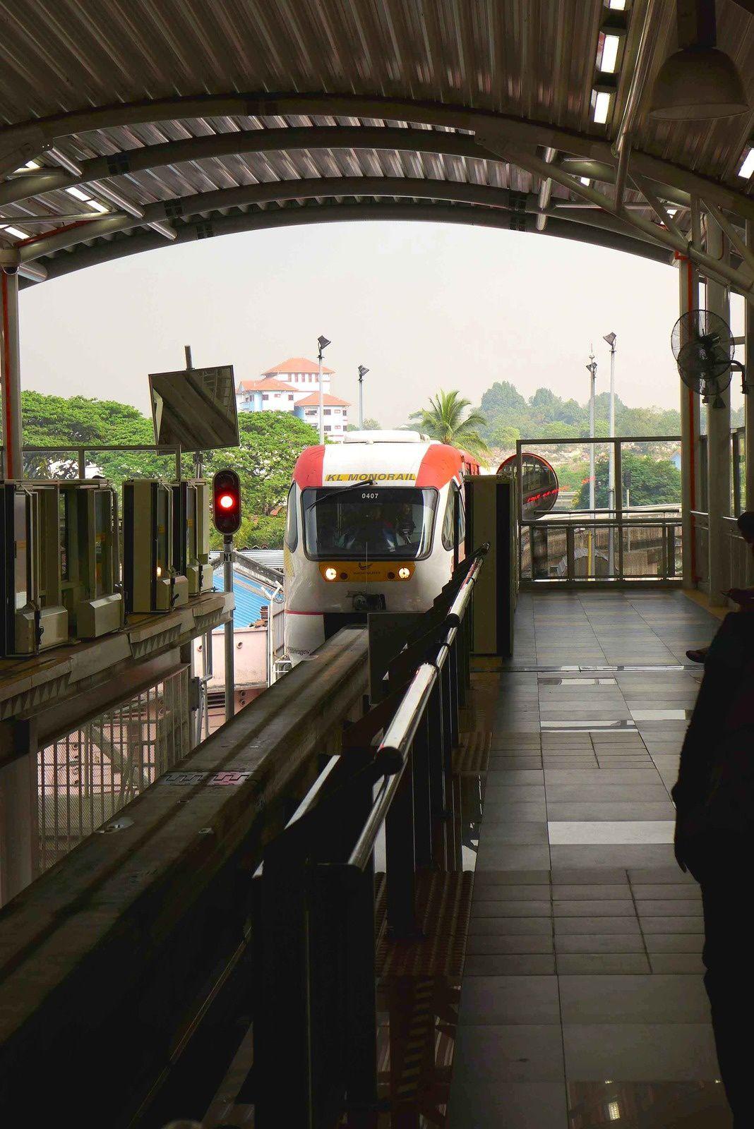 """Photo 1: Le métro monorail Photos 2 à 4 Tours pétronas de jour, photos 5 Lolo dans le cinéma des Tours Pétronas Photos 6 et 7 Lolo dans KL photos 8 à 13 Tours Pétronas de nuit, Photo 14 palais du sultan, Photos 15 la mosquée photos 16 à 21 """"Batu Caves"""" temples hindouistes dans des grottes.  Pour information la statue en bas des escaliers fait presque 47 M de haut !!!"""