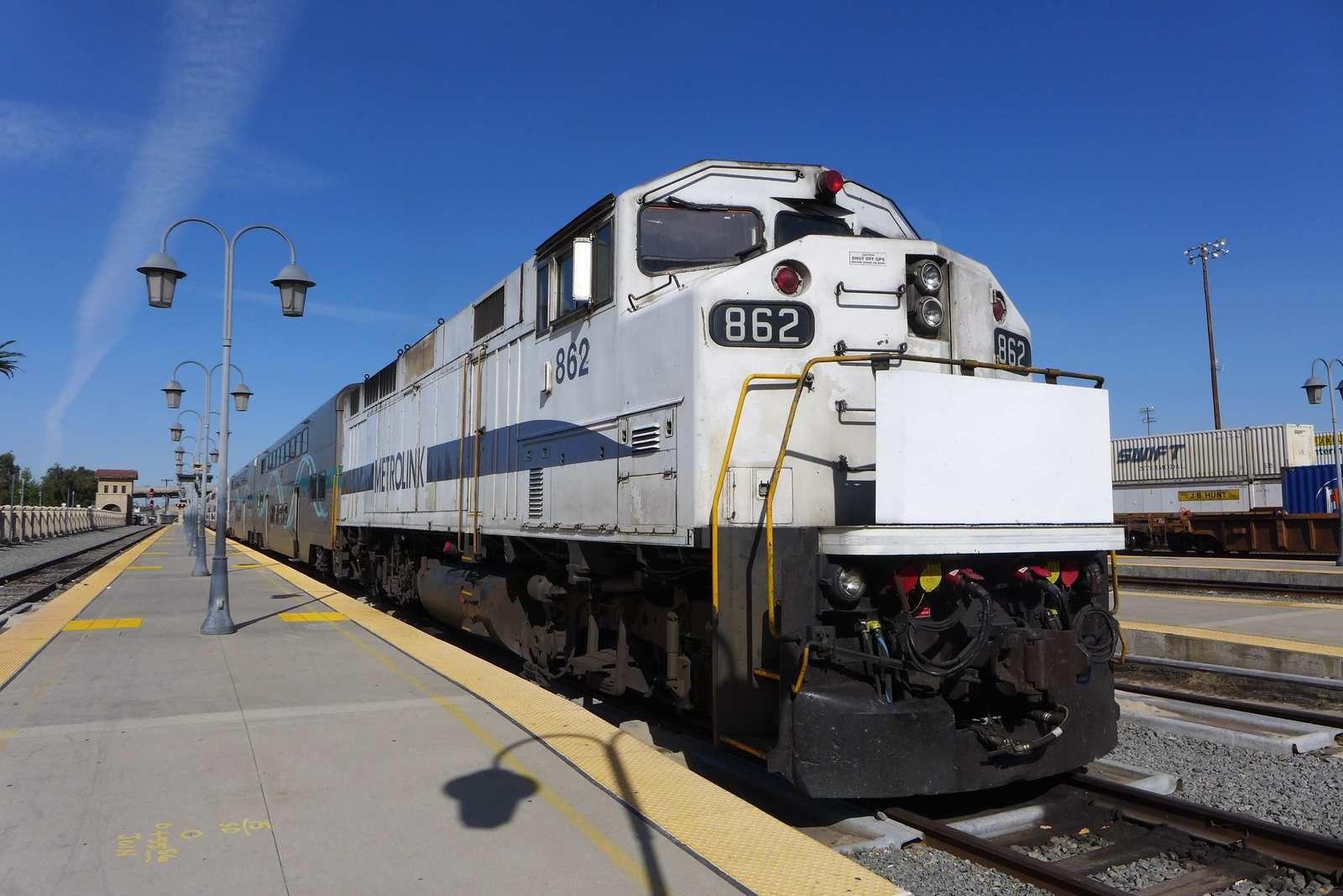 Photos 1 à 4 Gare de San Bernardino et de Barstow sur la célèbre et historique ligne de Santa Fé photos 4 à 7. Barstow est au croisement de plusieurs routes dont la fameuse route 66. Photos 9 à 11 en plein désert photo 12 Lolo après presque 24 H dans le désert