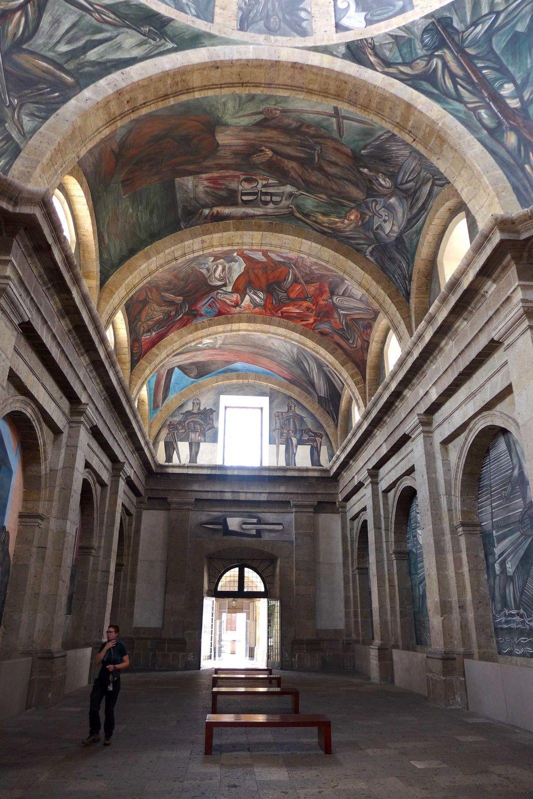 L'Instituto Cultural de Cabañas est un autre joyau architectural de Guadalajara. Il est inscrit depuis 1997 sur la liste du patrimoine mondial. Bâtiment néoclassique enchanteur, il renferme plusieurs fresques murales modernistes de José Clemente Orozco, parmi les plus belles de la ville.Cet édifice magnifique, abritant une foule de cours à arcades, fut fondé par l'évêque Don Juan Cruz Ruiz de Cabañas et bâti d'après les plans de l'architecte espagnol Manuel Tolsá, entre 1805 et 1810. À l'origine orphelinat et hospice pour invalides, il eut cette fonction 150 ans durant, accueillant jusqu'à 500 enfants en même temps.