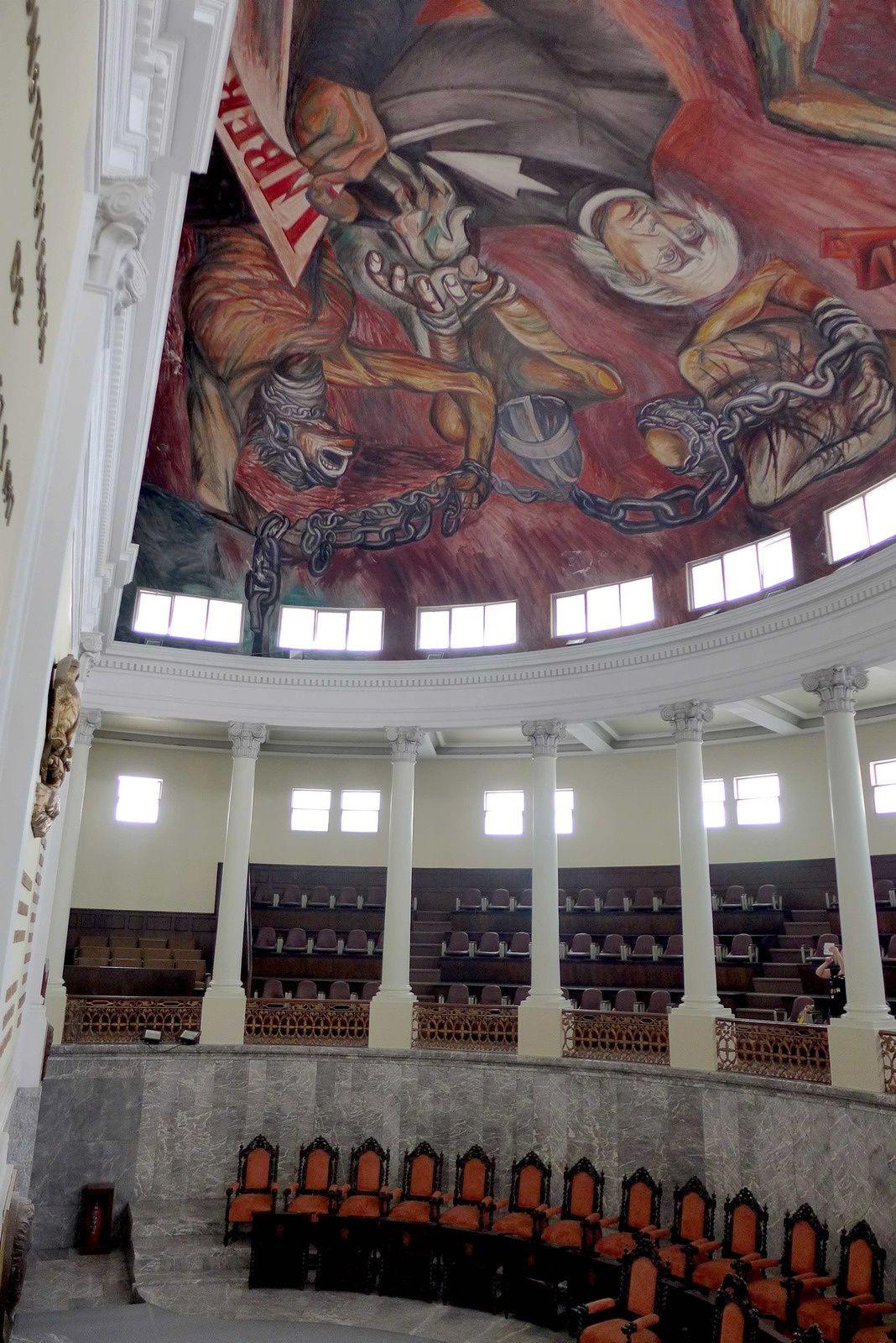 Guadalajara est la capitale de l'État de Jalisco, et possède donc son gouvernement : Le Palacio de Gobierno, qui abrite des services de l'état, fut achevé en 1774. Ouvert au public, l'édifice vaut le détour, essentiellement pour ses deux impressionnantes fresques murales réalisées par l'artiste local José Clemente Orozco (1883-1949). La plus frappante, un portrait datant de 1937, domine un escalier intérieur.