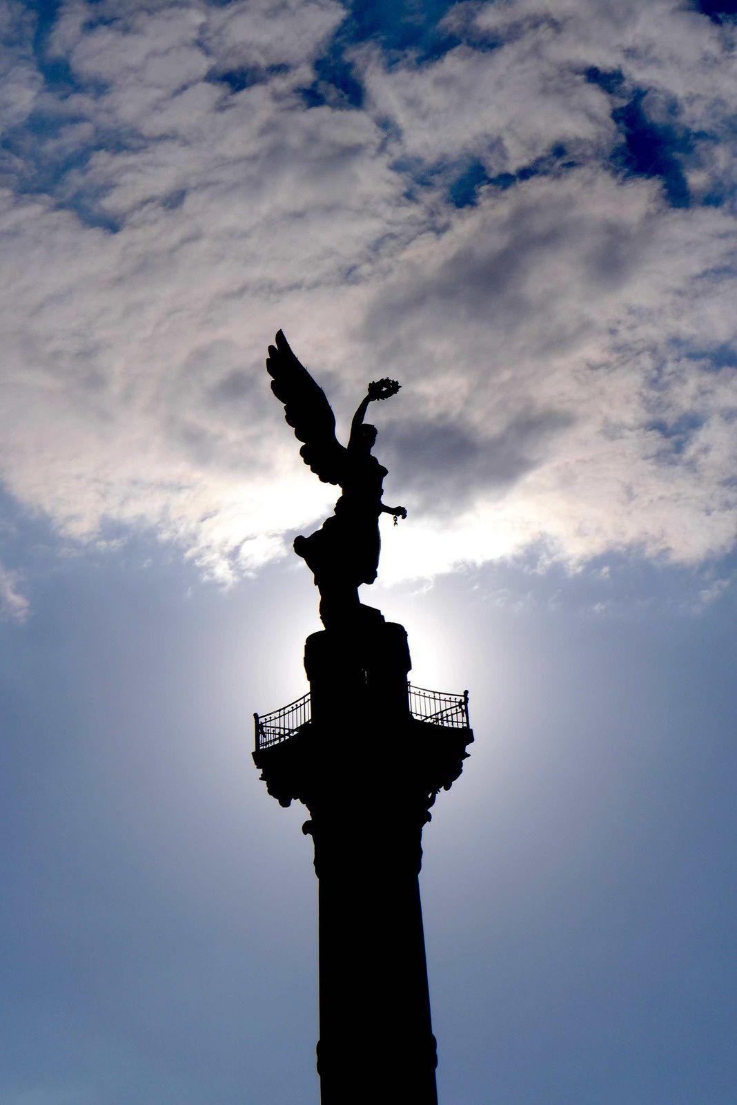 le Monumento a la independencia, plus connu sous le nom d'El Ángel (L'Ange). Toute d'or vêtue, cette Victoire ailée fut dressée sur un piédestal de 45 m de hauteur pour le centenaire de l'indépendance (1910). Le monument sert de mausolée à Miguel Hidalgo, José María Morelos, Ignacio Allende, ainsi qu'à neuf autres figures de la lutte pour l'indépendance. C'est une des images symbole de la ville de Mexico !
