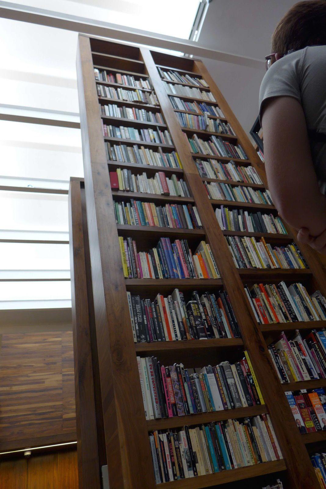 Une nouvelle bibliothèque extraordinaire ! Une partie impressionnante est dédiée aux déficients visuels. Une femme aveugle qui s'occupait de l'administratif  a voulu à tout prix nous en faire la visite. Elle a été contente de savoir que nous venions de France pays de Louis Braille. Dans cette bibliothèque un grand nombre de livres audio et en braille. Une personne est là pour lire les quotidiens etc... J'ai pensé avec émotion à mon grand-père qui aurait aimé un tel endroit. La bibliothèque classique accolé à celle ci est tout aussi impressionnante. Elle est tout simplement gigantesque avec des milliers de livres disposés dans plusieurs salles.