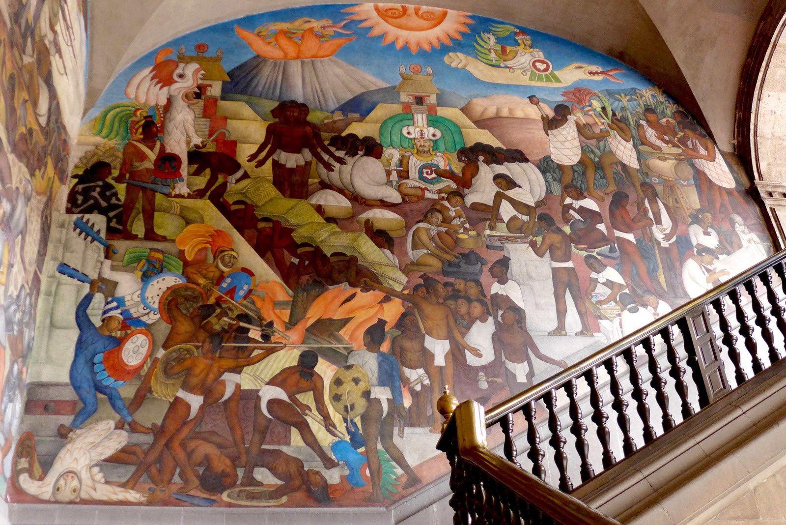 Palacio nacional: On peut admirer à l'intérieur de ce somptueux palais colonial des fresques réalisées par Diego Rivera entre 1929 et 1951 sur le thème de l'histoire de la civilisation mexicaine, de l'arrivée de Quetzalcóatl (le dieu-serpent à plumes aztèque) jusqu'à la période postrévolutionnaire. Les neuf fresques qui couvrent les murs nord et est du 1er étage au-dessus du patio évoquent la vie avant la conquête espagnole.  Le Palacio Nacional est également le siège de la Présidence et du Trésor fédéral.