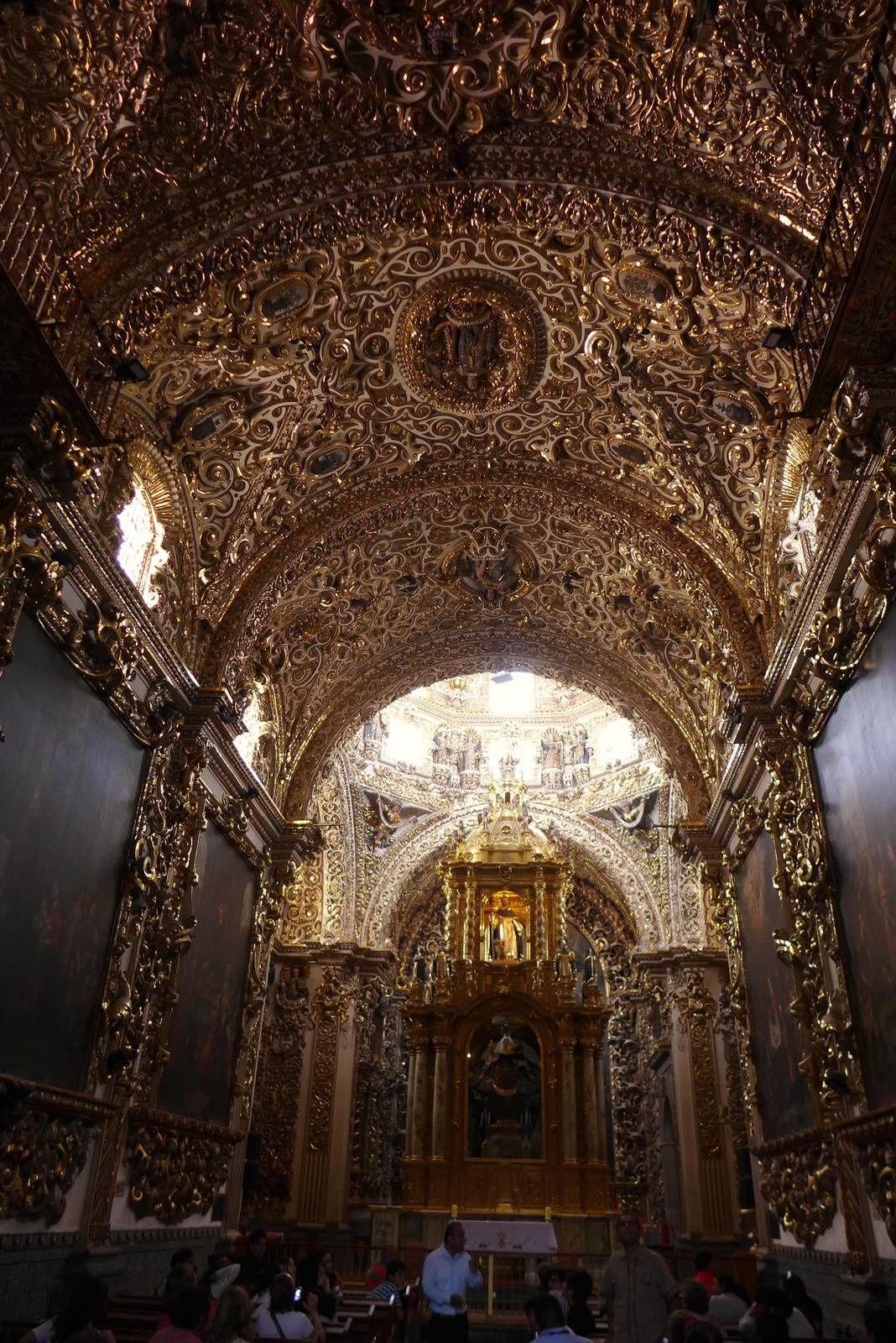 Templo de Santo domingo. Eglise dominicaine comporte une splendide Capilla del rosario (chapelle du Rosaire) au sud du maître-autel. Construite entre 1650 et 1690, elle comporte une profusion de plâtre doré.