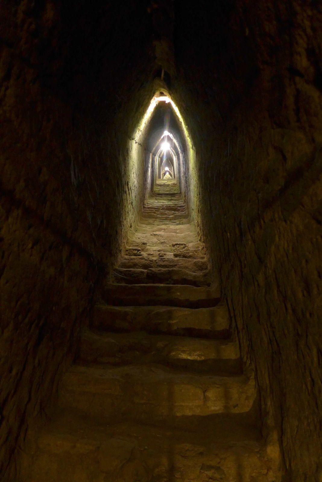 Cholula est célèbre pour sa Grande Pyramide construite par différentes ethnies ayant peuplé la cité sacrée. C'est la plus grande pyramide faite par l'homme en termes de volume déplacé 4,45 millions de m3. Elle fait 350 m de côté et 66 m de haut.  Construite à l'origine par les Olmèques trois siècles av. J.-C., elle a été complétée et utilisée par les Toltèques et les Aztèques comme lieu de rituel religieux et de sacrifice humain. Aujourd'hui la pyramide disparaît presque entièrement sous une colline d'aspect naturel au sommet de laquelle trône l'église de Nuestra Señora de los Remedios.