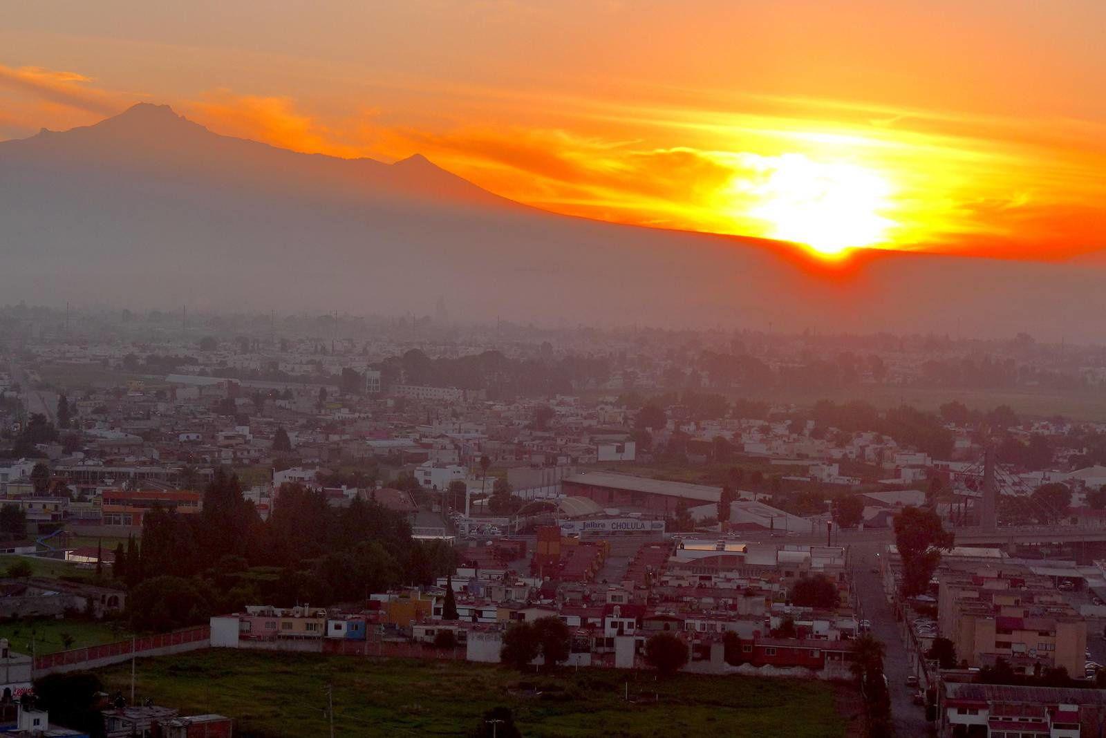 Cholula au levé du soleil vue d'en haut de sa fameuse pyramide