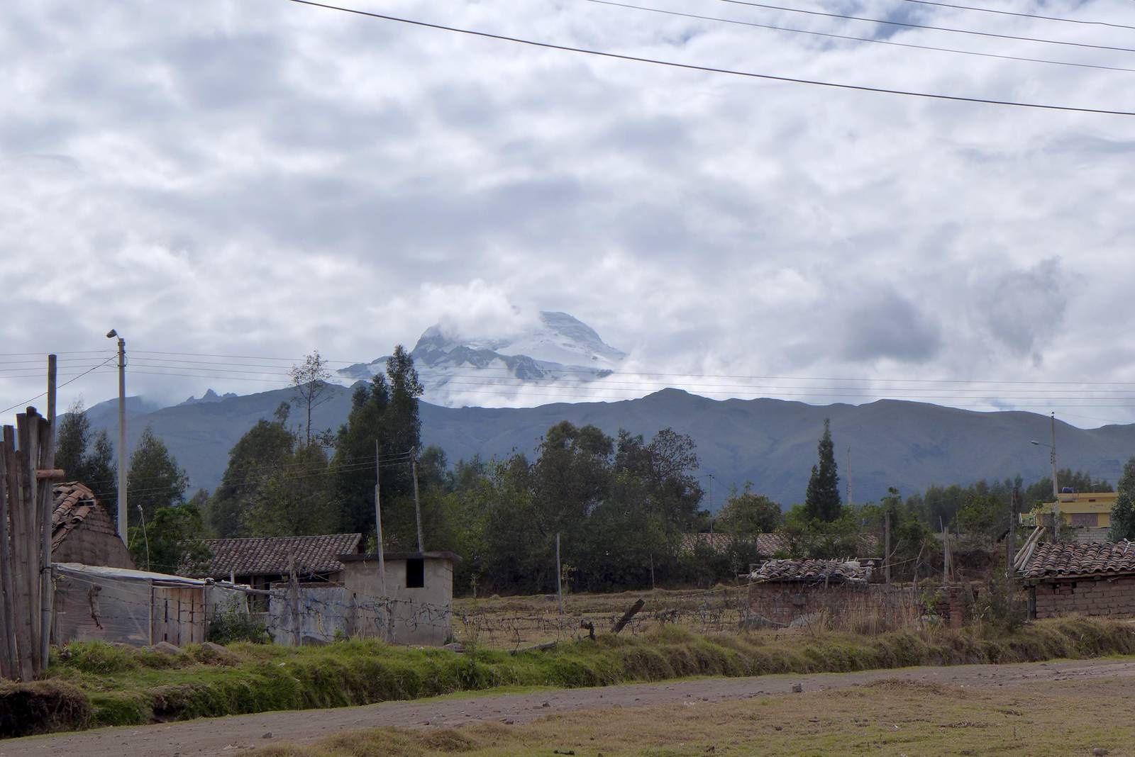 Juste avant de passer la première fois dans l'hémisphère sud, s'est dresser devant nous le Cayambe  c'est impressionnant volcan de 5785 M ! Proche de son sommet, à 4 600 m. se situe le point le plus haut sur la ligne de l'équateur