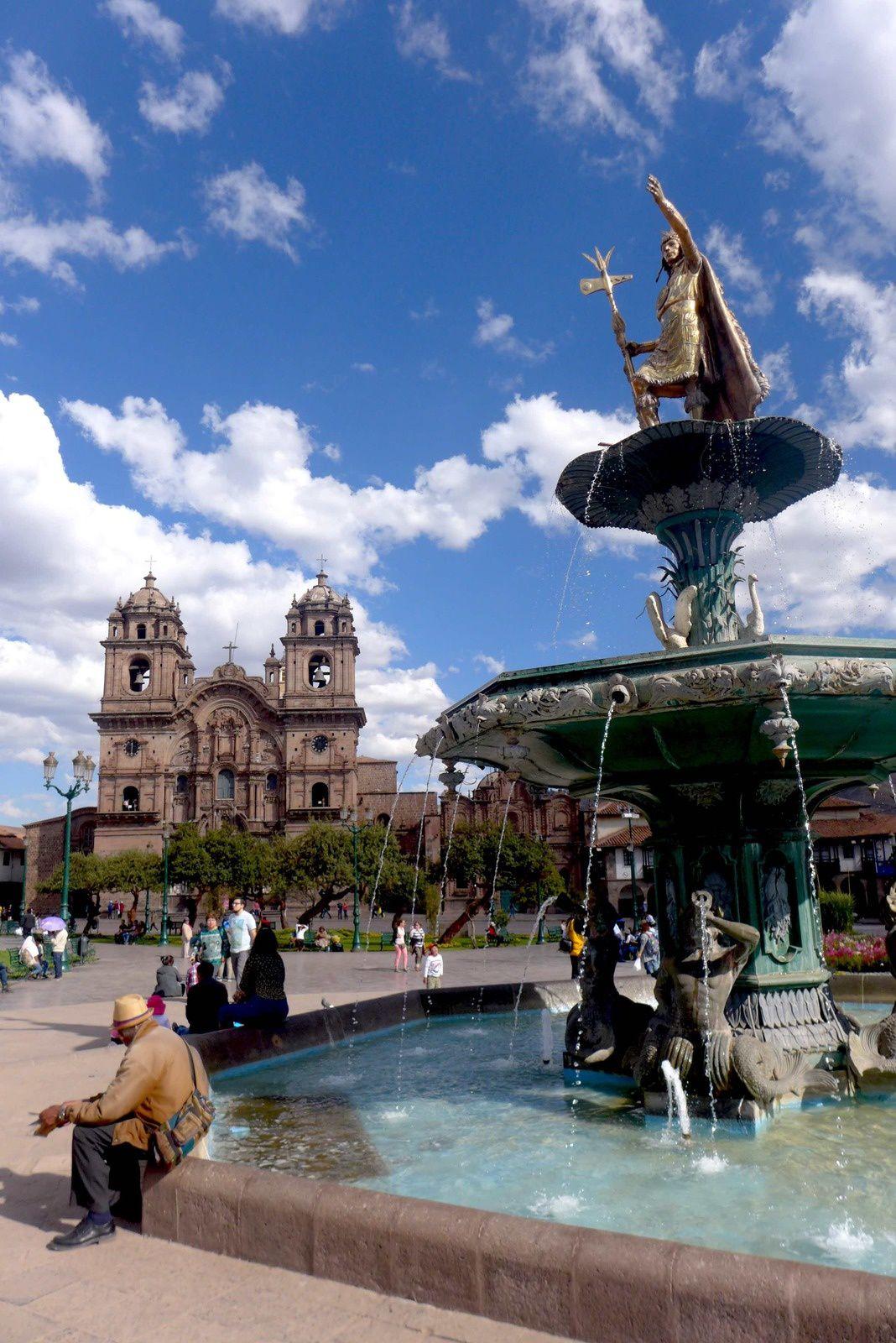 Túpac Amaru, fut un ennemi farouche des conquistadors. Les Espagnols décident sa capture et envoient une troupe de près de 300 soldats mais l'Inca s'est enfui dans la jungle avec sa famille. Il y mène une guérilla longue et féroce contre les Espagnols. Finalement ces derniers le capturent avec ses partisans et l'emmènent à Cuzco.  Il est par la suite condamné à mort et exécuté à Cuzco le 24 septembre 1572, avec sa femme, ses enfants et ses principaux partisans.