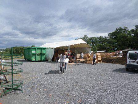Les bénévoles présents pour nettoyer, ranger... Martine, salariée grâce à une subvention de l'Europe, les ados qui font du rangement sous la tente...