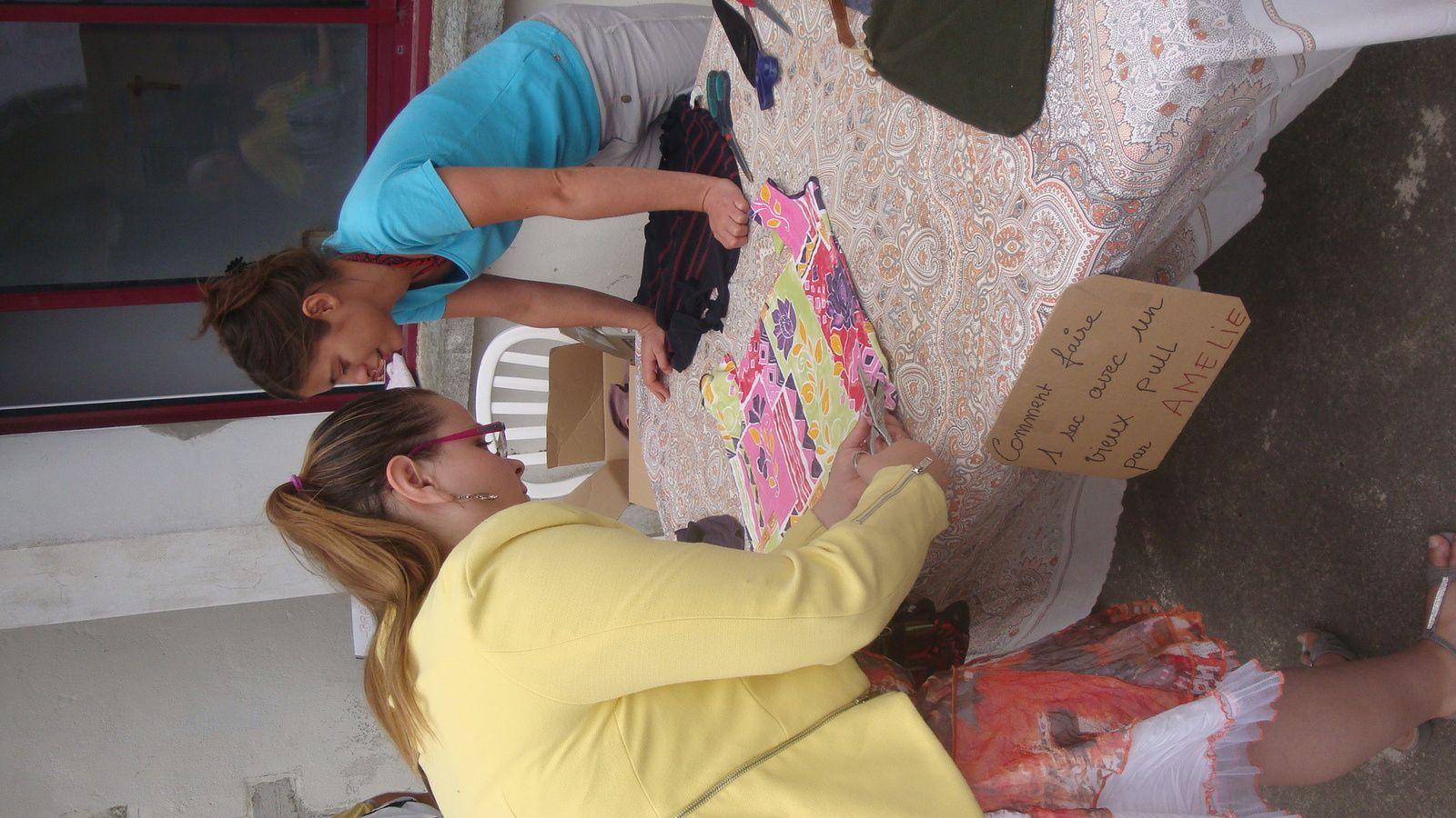 Amélie s'est proposée pour un mini atelier récup' en apprenant à transformer un pull ou un tee-shirt en sac original. Pour la plage, y mettre son drap de bain par exemple. Succès auprès des visiteuses qui en quelques coups de ciseaux et sans coutures sont reparties avec une création originale.