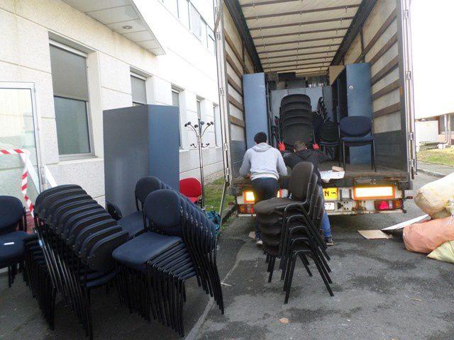 AIMA a ramené de ses locaux un fourgon de sacs de linge de maison, couvertures, vêtements... draps et couvertures protégeront les bureaux en état neuf.