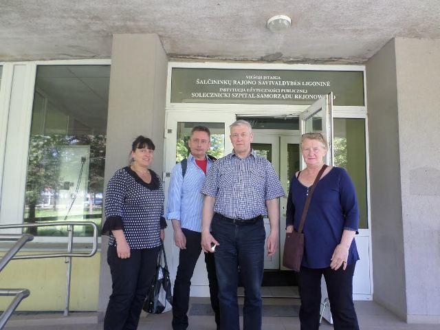 Sonia et Sigrid, avec Zbignev, le directeur de l'hôpital, puis avec les infirmières en chef, en mai 2017.